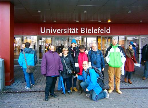 Gruppe vor der Universität in Bielefeld