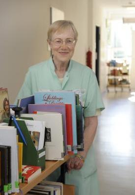 Jutta Fingberg öffnet mit Büchern Türen