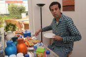 Alberto Sulaimon verteilt Kaffee und Kuchen